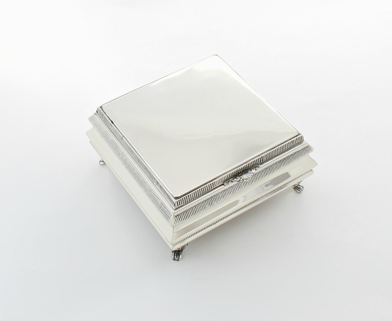 fa96b869ce44 Joyero plata maciza de primera ley · Joyero cuadrado con patas.