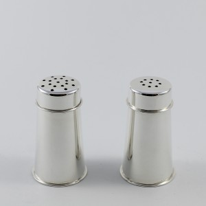 El salero tiene más orificios que el pimentero en su tapa.