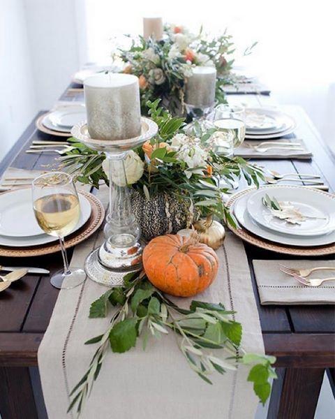 mesa y cubiertos de plata