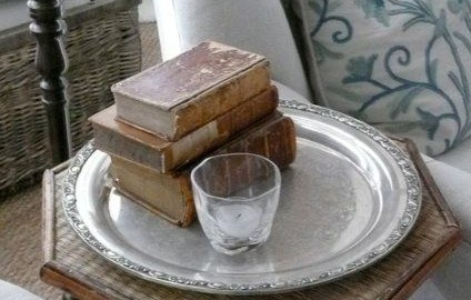 Salvamantel de plata como bandeja de lectura