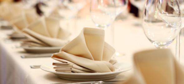 Platos y cubiertos, como colocar una mesa elegante